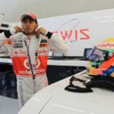 Lewis Hamilton se prepara en su box de Turquía 2011