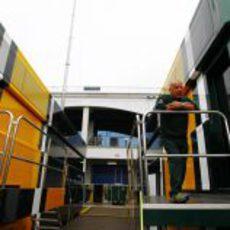 Mike Gascoyne en el Motorhome del Team Lotus