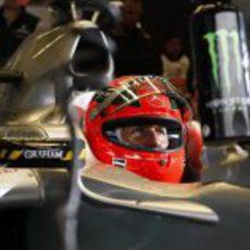 Schumacher, muy concentrado en su garaje durante los libres