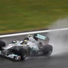 Rosberg pilota sobre la mojada pista de Istanbul Park