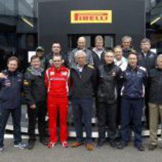 Los jefes de equipo junto al motorhome de Pirelli