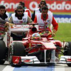 El Ferrari de Alonso se queda parado en el GP de Turquía 2011