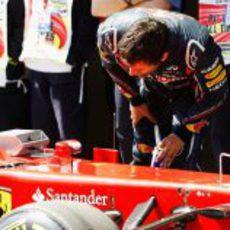 Webber espía a Ferrari en Turquía 2011