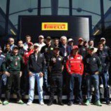 Los pilotos de 2011 frente al box de Pirelli