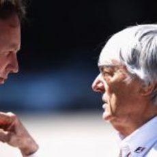 Bernie Ecclestone habla con Horner en el GP de Turquía 2011