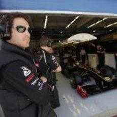 Bruno Senna junto al box de Nick Heidfeld en Turquía 2011