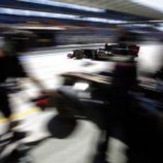 Petrov sale de boxes en Turquía 2011 mientras Heidfeld entra