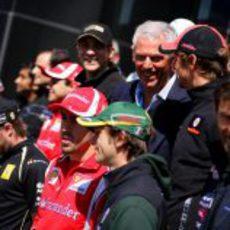 El presidente de Pirelli posa junto a los pilotos en Turquía 2011