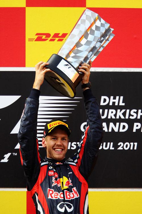 Vettel levanta su trofeo de ganador del GP de Turquía 2011