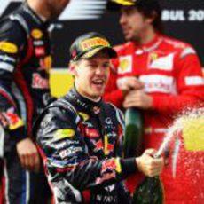 Sebastian Vettel descorcha el champán en Turquía 2011