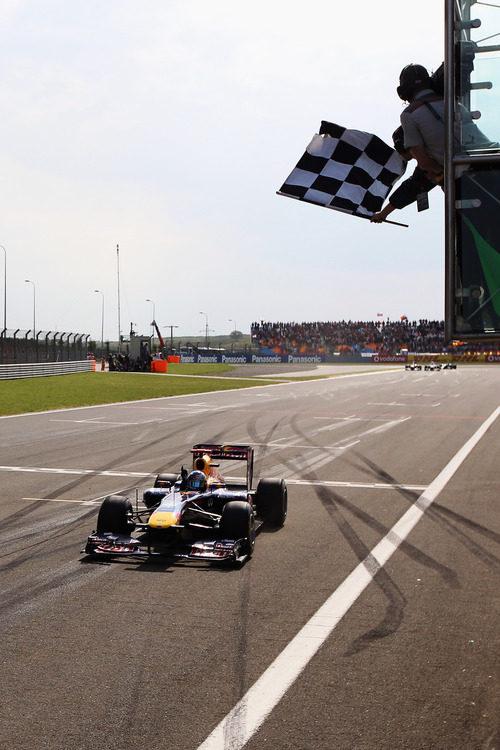 Vettel cruza la meta en primera posición en el GP de Turquía 2011