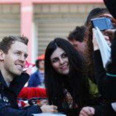Vettel posa con una aficionada en el GP de Turquía 2011
