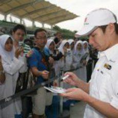 Kobayashi con los fans en Malasia 2011