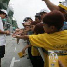 'Checo' Pérez firma autógrafos en el GP de Malasia 2011
