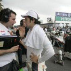 Pérez y su ingeniero conversan en la parrilla de Malasia 2011