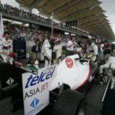 Kobayashi en la parrilla de salida del GP de Malasia
