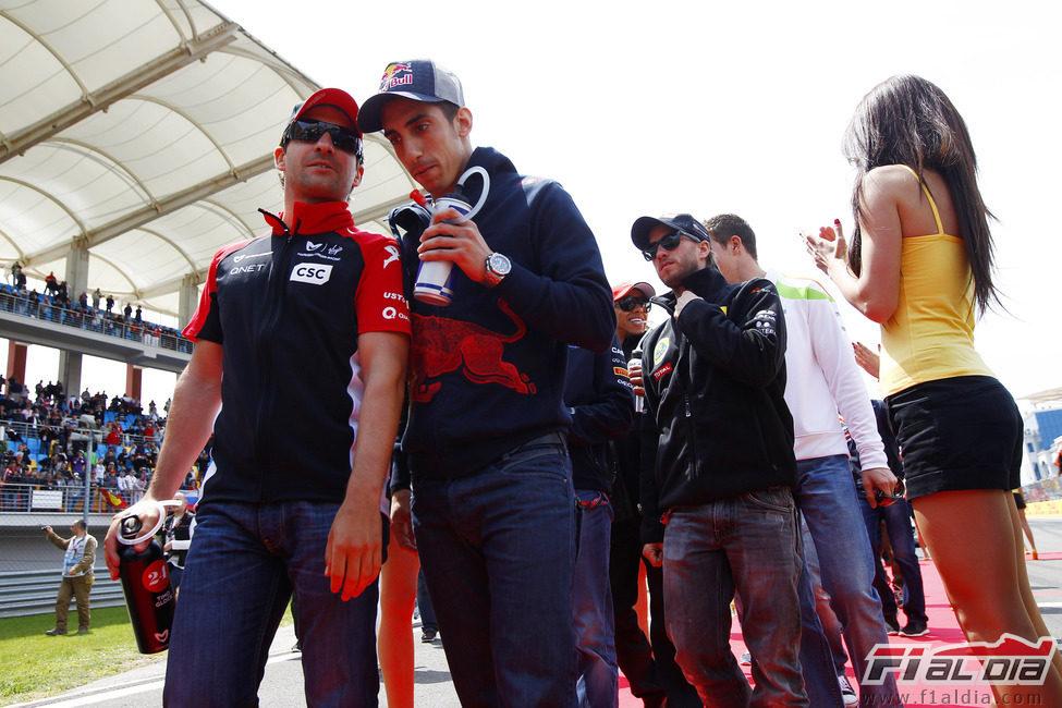 Glock y Buemi charlan durante el drivers paradede Turquía 2011
