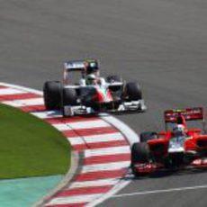 Liuzzi persigue a D'Ambrosio durante el GP de Turquía 2011