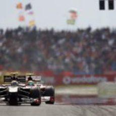 Petrov pasa por la recta de meta por delante de Massa