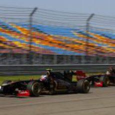 Los dos R31 pelean por la posición durante el GP de Turquía 2011