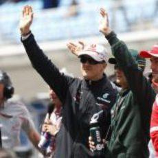 Schumacher saluda a los aficionados turcos en el drivers parade