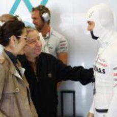 Jean Todt y su mujer, junto a Rosberg en el box de Mercedes GP