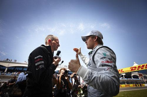Rosberg habla con su ingeniero en la parrilla de Turquía 2011