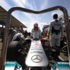Michael Schumacher se sube a su W02 en la parrilla de Turquía 2011