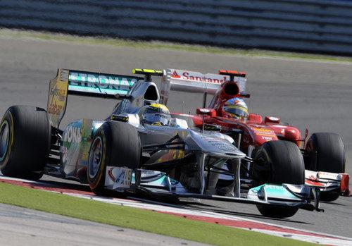 Rosberg y Alonso pelean por la posición en Turquía 2011