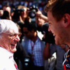 Bernie Ecclestone habla con Vettel en la parrilla