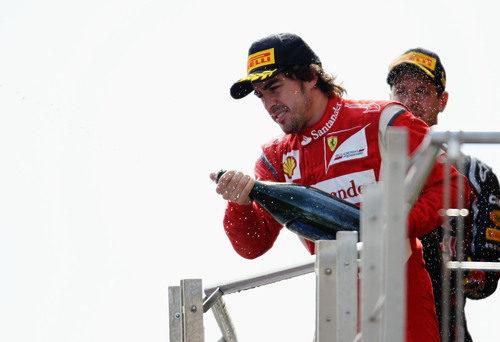 Fernando Alonso descorcha el champán en el GP de Turquía 2011