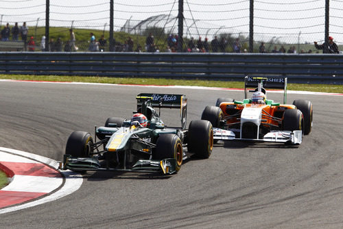 Trulli seguido de cerca por un Force India