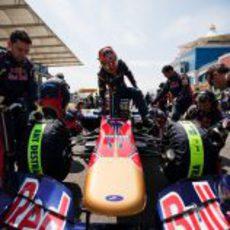 Alguersuari se sube al coche en el GP de Turquía 2011