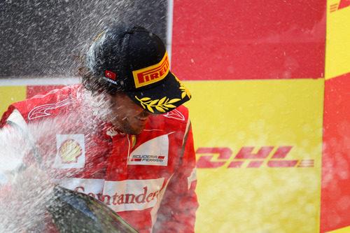 Fernando Alonso duchado en champán en el GP de Turquía 2011