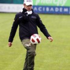 Liuzzi controla un balón de fútbol Turquía 2011