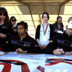 Liuzzi y Karthikeyan firman autógrafos en Turquía 2011
