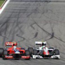 Liuzzi coge el interior a D'Ambrosio en el GP de Turquía 2011
