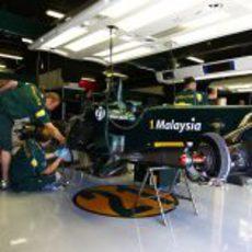 El Team Lotus trabajando en su monoplaza