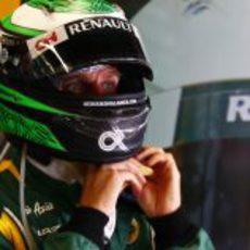 Heikki Kovalainen se ajusta el casco