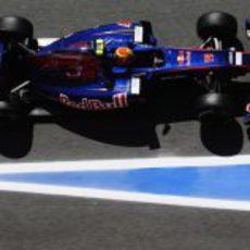 Alguersuari a su paso por la salida de boxes