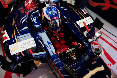 Daniel Ricciardo preparado dentro del cockpit