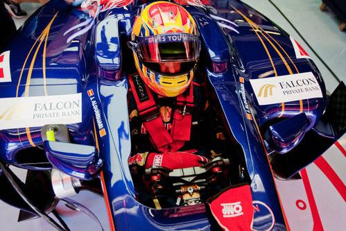 Jaime Alguersuari preparado dentro del cockpit