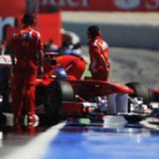 Alonso y Massa a boxes en el GP de España 2011
