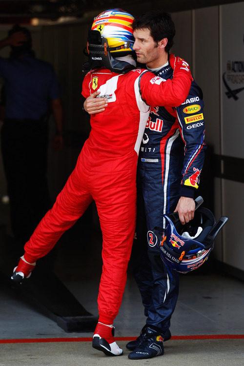 Fernando Alonso felicita a Webber por su 'pole' en España 2011