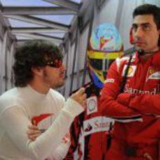 Alonso habla con Andrea Stella en el Circuit de Catalunya