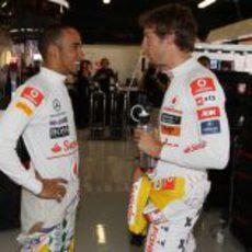Hamilton y Button hablando en el box de Montmeló