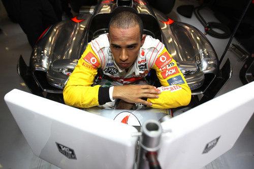 Lewis atento a las pantallas en Barcelona