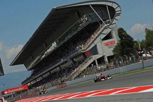 Los dos Ferrari de 2011 en la recta de meta del Circuit de Catalunya