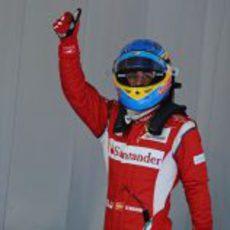 Fernando Alonso saluda a su público en el GP de España 2011