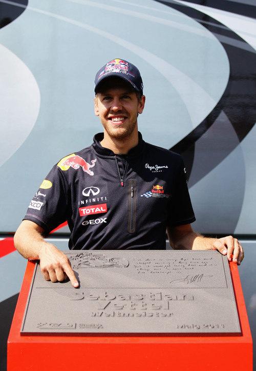 Vettel enseña orgulloso su placa de la 'Avenida de los Campeones' de Montmeló